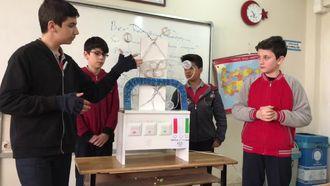 Öğretim materyali atom modeli izle