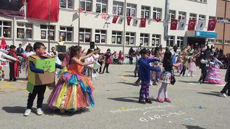 Ahmet Andiçen İlkokulu 2-a ve 2-b sınıfı 23 Nisan gösterisi izle