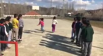 Öğrencilerden Geleneksel Sokak Oyunlarından Çelik Çomak Tanıtımı izle