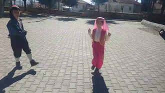 Burdur yöresi halk oyunlarını eTwinning arkadaşlarına tanıtan minikler izle