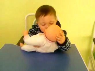 Down sedromlu çocuğun ağlayan çocuğa tepkisi izle