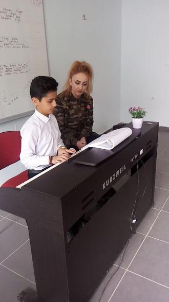 Piyano da caldiği ilk senfoni izle