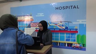 ENGLISH IN STREET ETWINNING PROJECT AT THE HOSPITAL DIALOGUES PRACTICE izle
