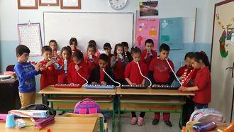 Samsun Çatalarmut ilkokulu 3/B sınıfında melodika ile dostluk şarkısı izle