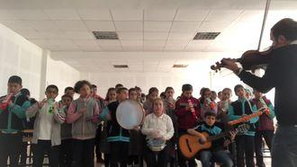 Okul Şarkısının Türk müziği motifleriyle sentezlenmiş versiyonu izle