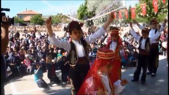 Zeybek Halk Oyunları Gösterisi izle